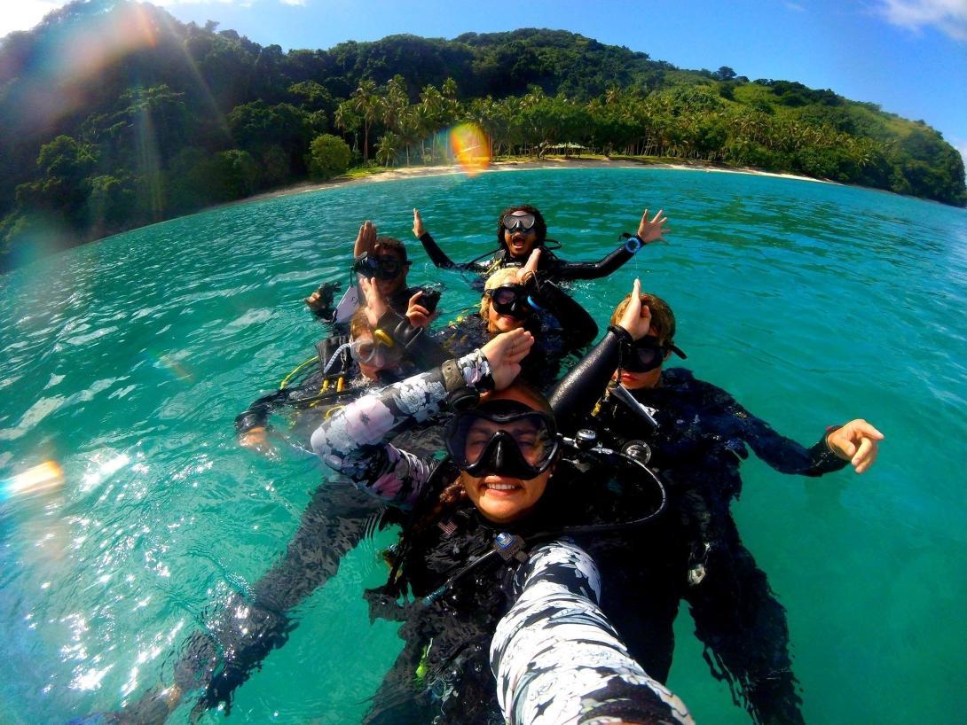 Projects Abroad volontärer i Fiji lär sig att dyka under deras PADI kurs på hajforskningsprojektet.